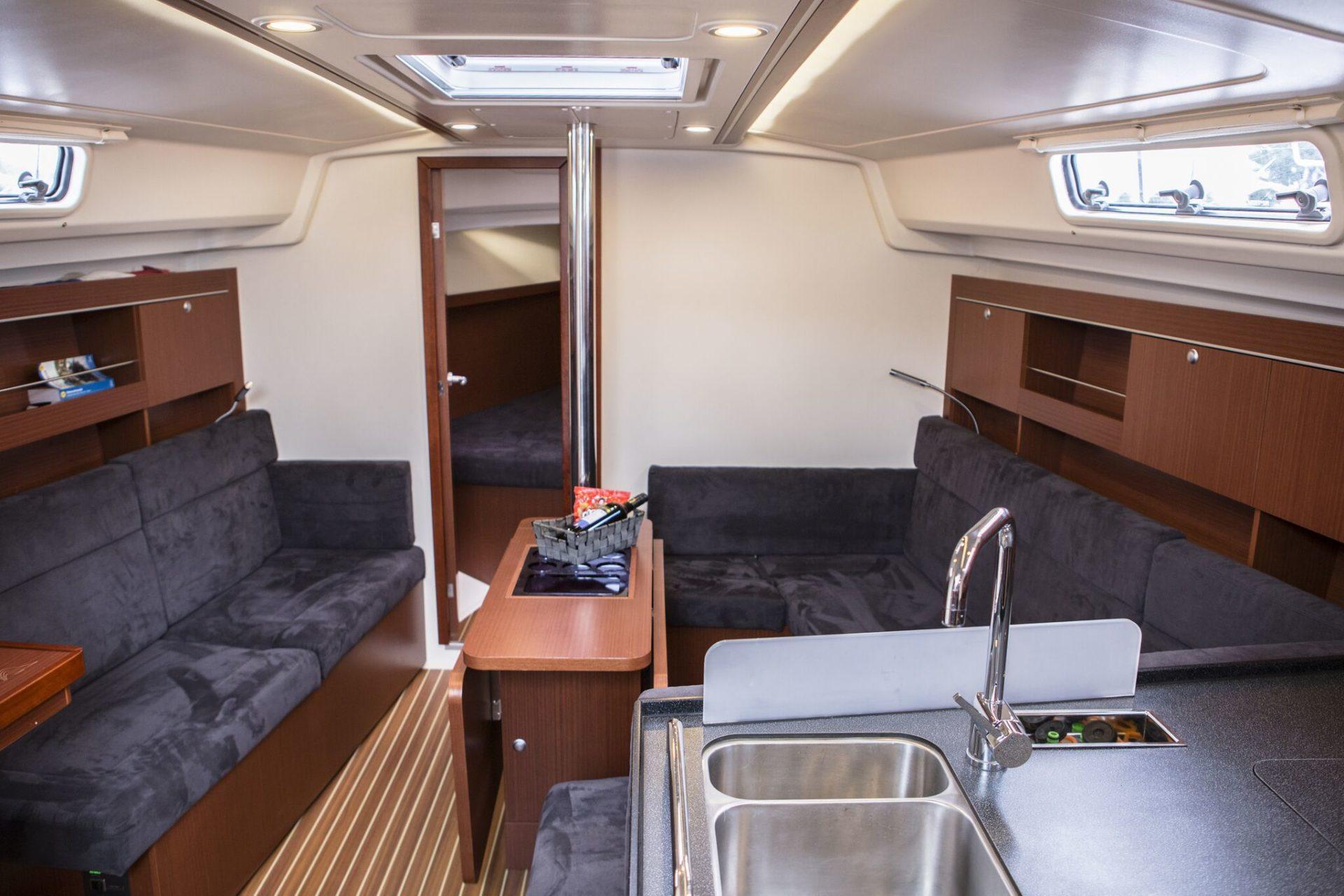 Sailing yacht Hanse 345 salon