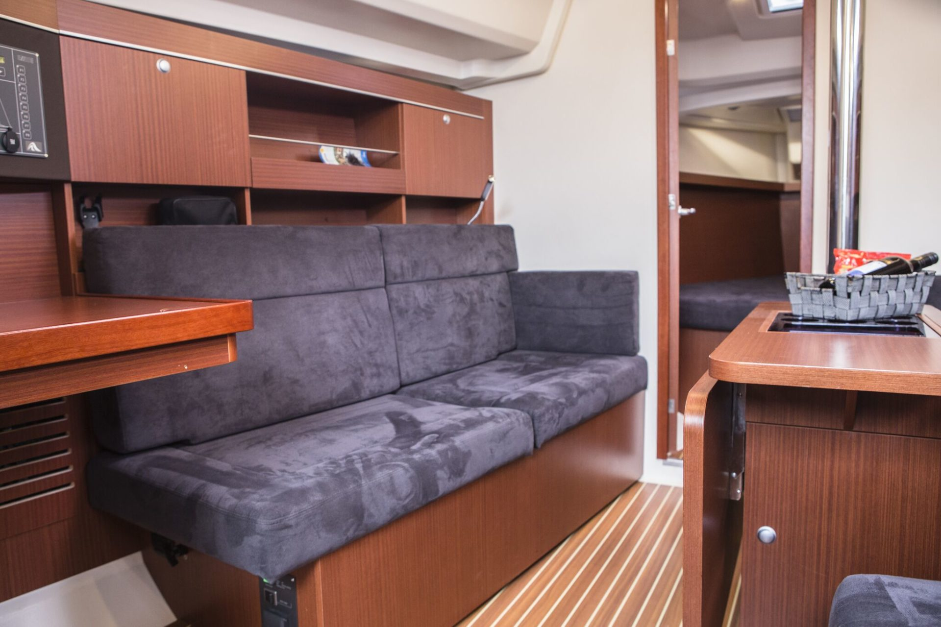 Sailing yacht Hanse 345 couch