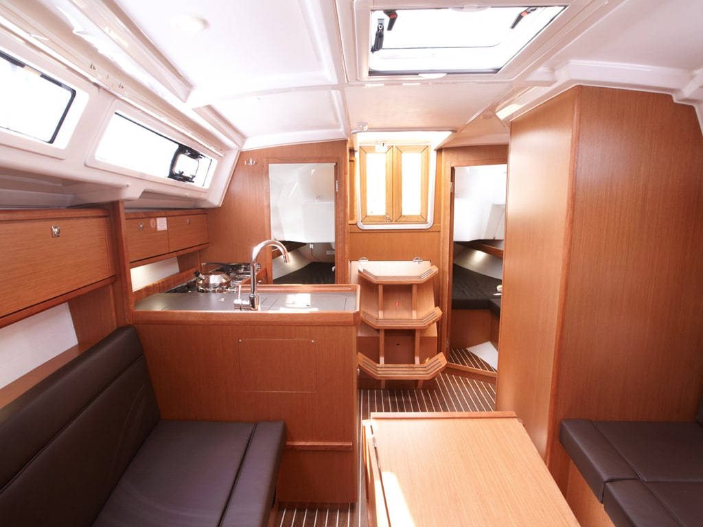 Sailing yacht Bavaria 34 interior