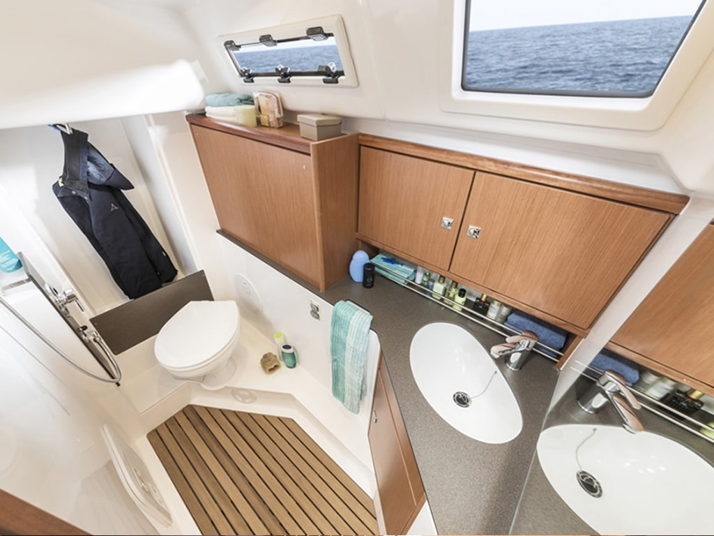 Sailing yacht Bavaria 34 bathroom