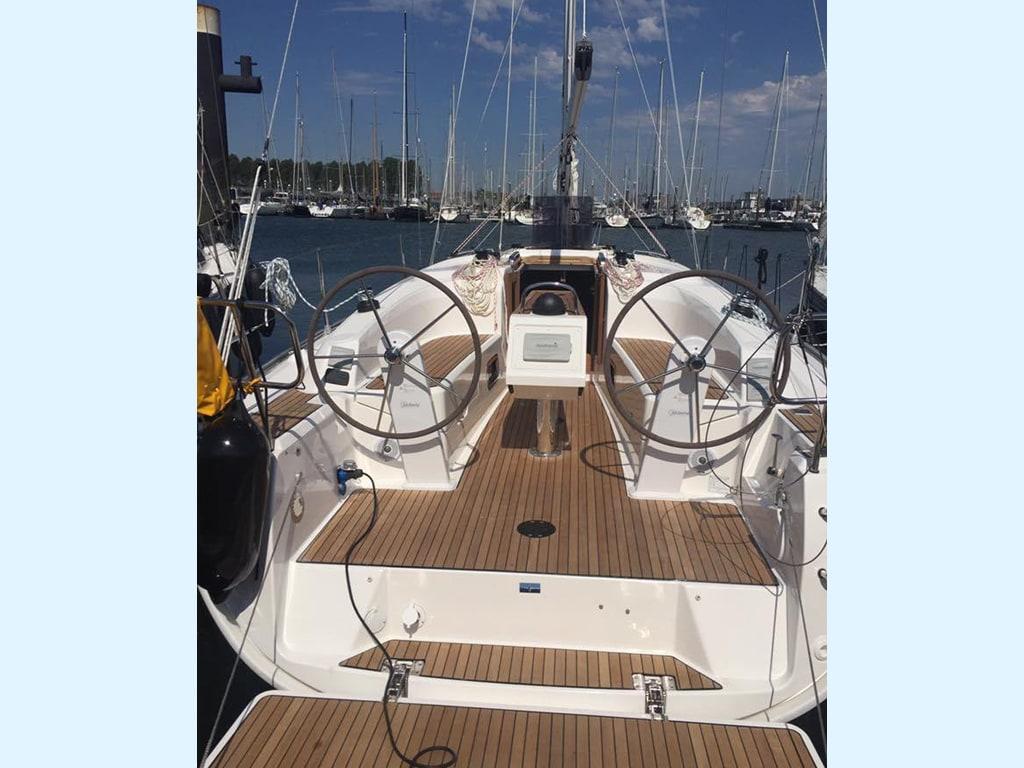 Sailing yacht Bavaria 34 steering wheels