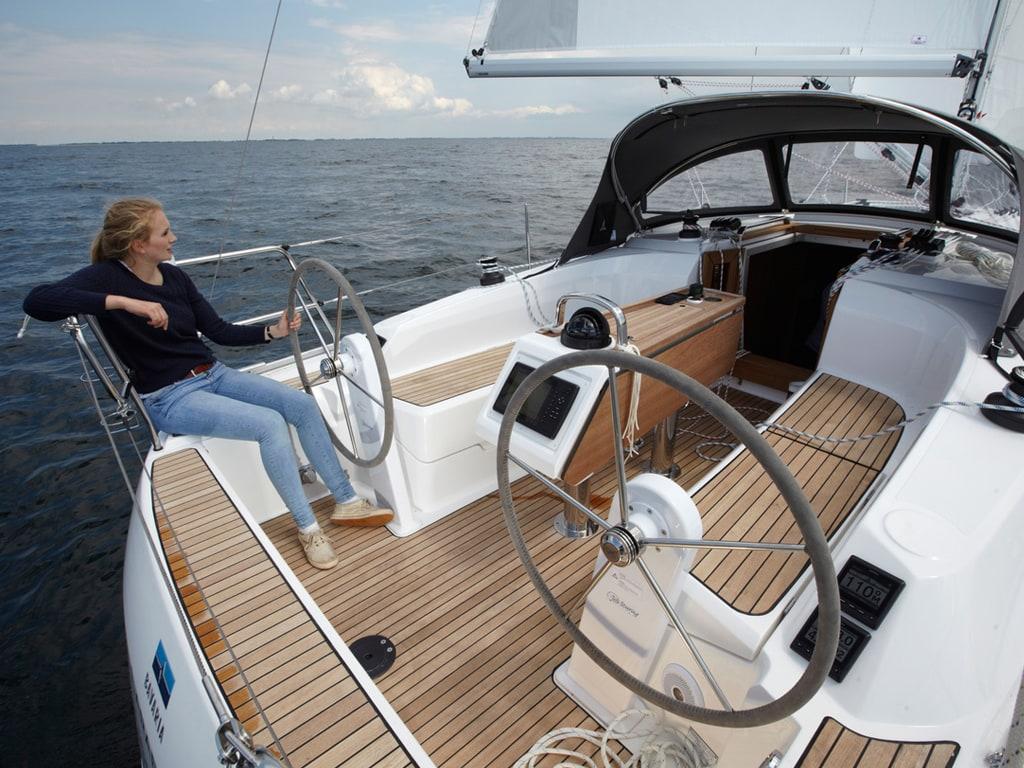 Sailing yacht Bavaria 34 cockpit