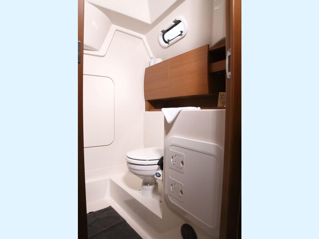 Sailing yacht Hanse 325 Bellefleur bathroom