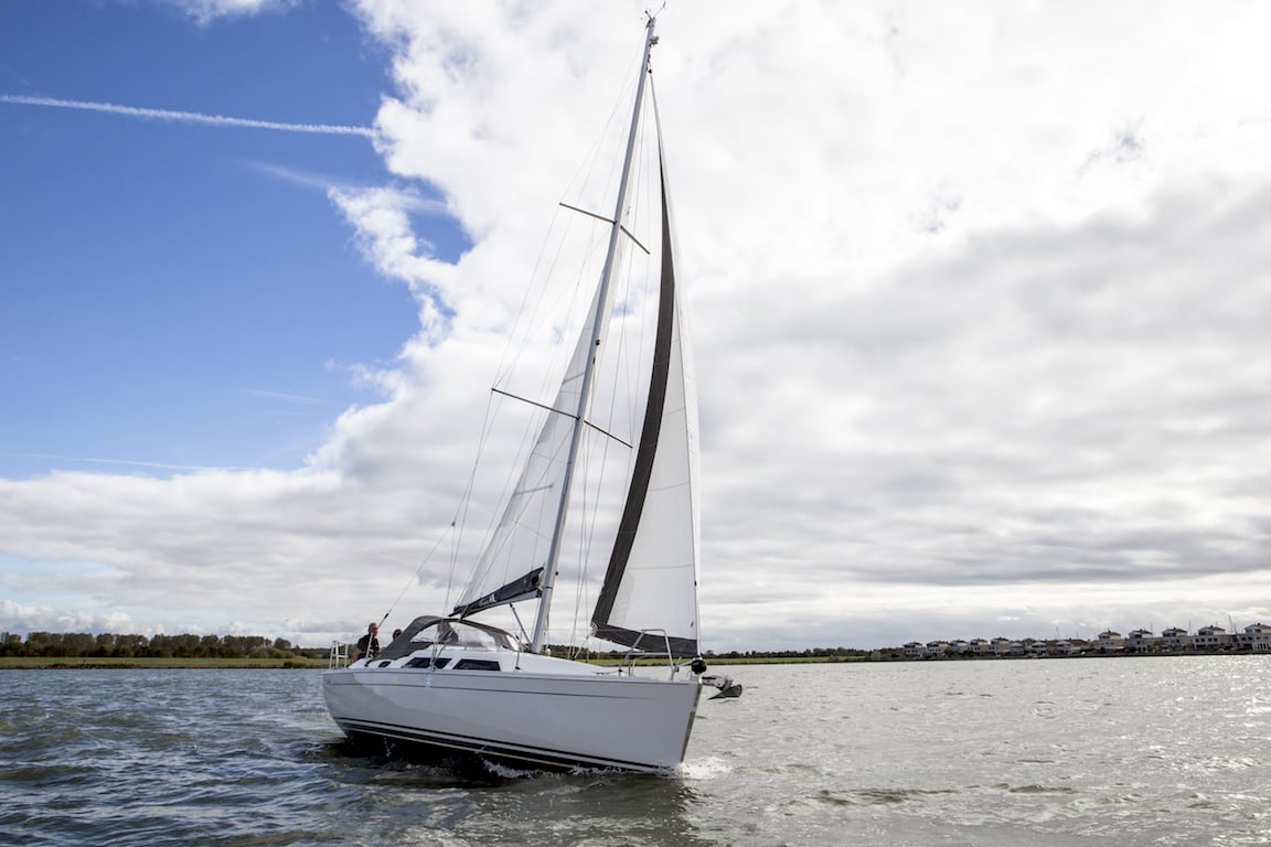 Sailing yacht Hanse 325 sailing