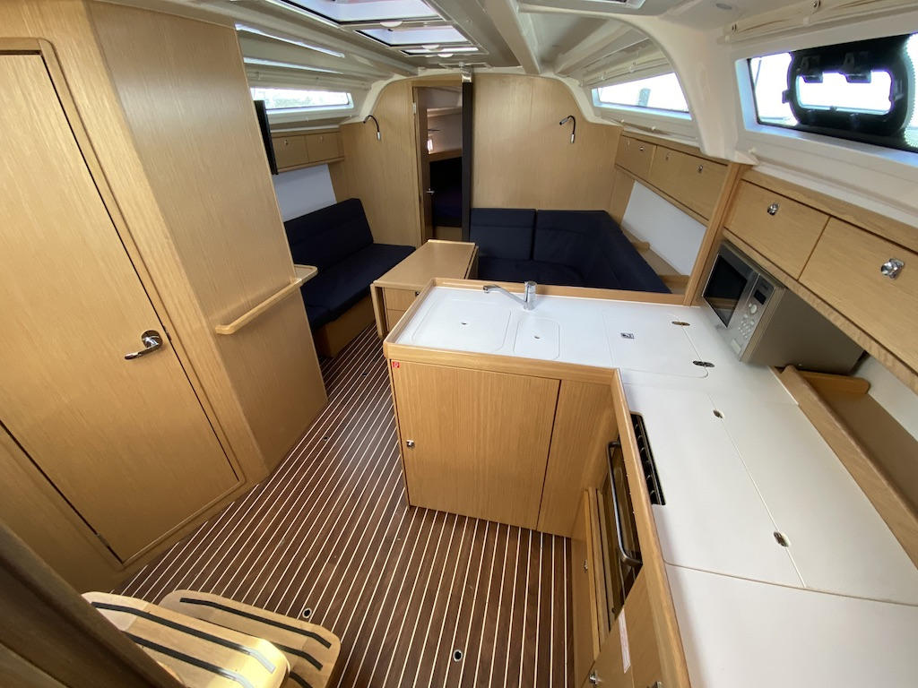 Sailing yacht Bavaria 37 interior