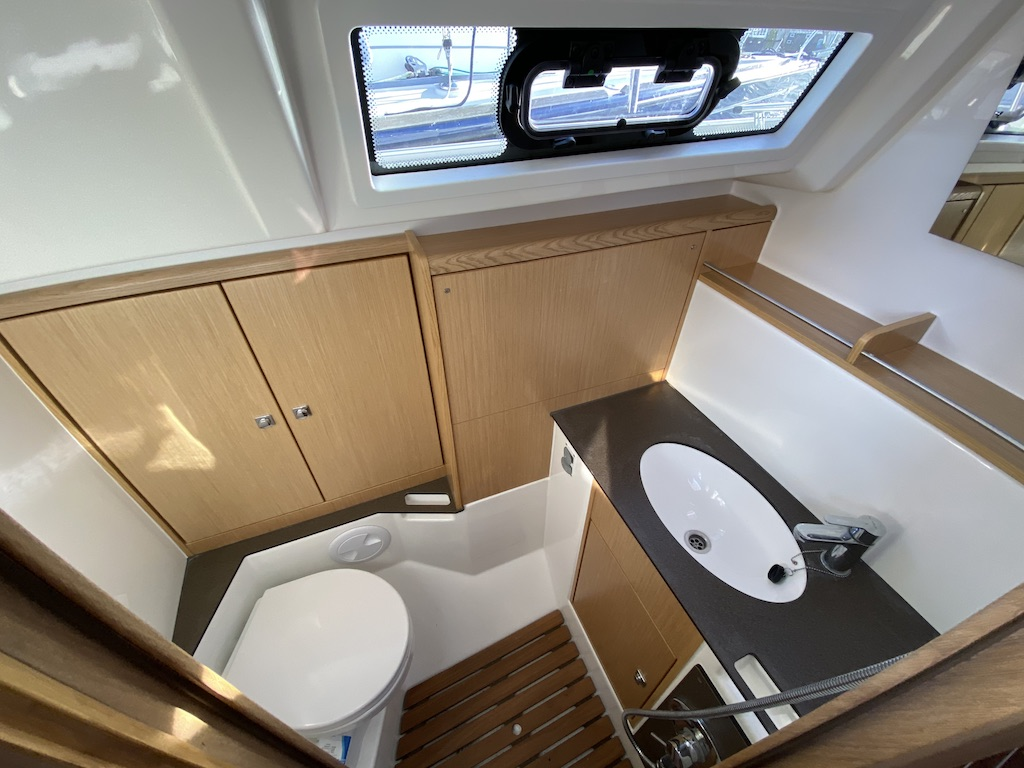 Sailing yacht Bavaria 37 bathroom