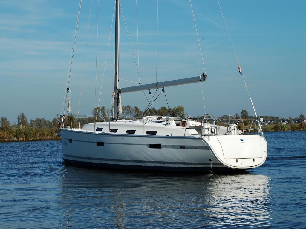 Sailingyacht Bavaria 40 without sails on lake